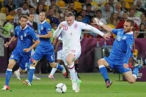 De_Rossi_tackle_on_Rooney_England-Italy_Euro_2012